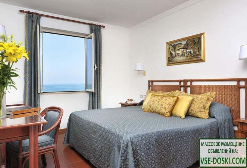 Отель с видом на море, в Виареджио.